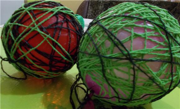 шары из шерстяных ниток на надувном шаре